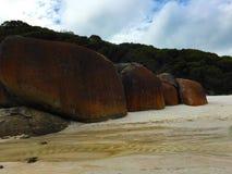Rote Felsen am quietschenden Strand Lizenzfreies Stockbild