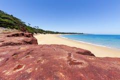 Rote Felsen setzen am sonnigen Tag, Phillip Island, Australien auf den Strand lizenzfreie stockbilder