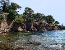 Rote Felsen und das Meer Stockbilder