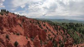 Rote Felsen und Schlucht in Utah stock footage