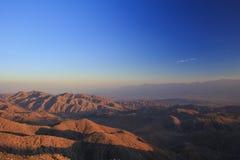 Rote Felsen unter einem blauen Himmel Lizenzfreies Stockfoto