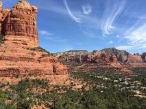 Rote Felsen unter Wolken Lizenzfreie Stockfotografie