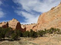 Rote Felsen wallss mit blauem Himmel Fenster-Felsenspur, Arizona Stockfotografie