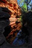 Rote Felsenreflexionen im Hinterland von Australien. lizenzfreie stockbilder