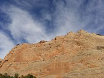 Rote Felsenwände mit blauem Himmel Fenster-Felsenspur, Arizona Stockfotos
