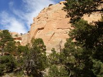 Rote Felsenwände mit blauem Himmel Fenster-Felsenspur, Arizona Stockbild