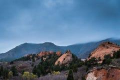 Rote Felsformationen an einem regnerischen Tag Lizenzfreie Stockfotografie