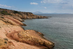 Rote felsige Ufer des Ägäischen Meers, Athen Lizenzfreie Stockfotografie
