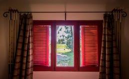 Rote Fenster-Landschafts-Ansicht. Argentinien Südamerika. stockfoto