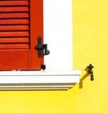 Rote Fenster varano borghi Paläste Italien Stockbilder