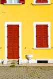 Rote Fenster varano borghi Palast-Italien-Tür lizenzfreie stockfotografie