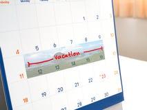 Rote Ferien schreiben auf den weißen Kalender, der für markiert wird, sich erinnern und Teer lizenzfreie stockbilder
