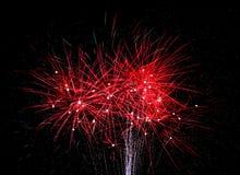 Rote Feuerwerke beleuchten den Himmel auf Juli 4. lizenzfreie stockbilder