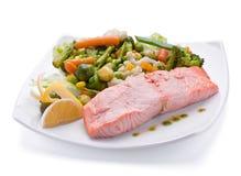 Rote Fische mit gekochtem Gemüse Lizenzfreies Stockbild