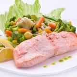 Rote Fische mit gekochtem Gemüse Lizenzfreie Stockfotos