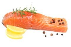 Rote Fische Rohes Lachsfilet mit Rosmarin- und Zitronenisolat auf weißem Hintergrund stockbild