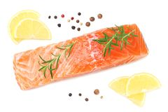 Rote Fische Rohes Lachsfilet mit Rosmarin- und Zitronenisolat auf weißem Hintergrund Beschneidungspfad eingeschlossen lizenzfreie stockfotografie