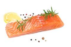 Rote Fische Rohes Lachsfilet mit Rosmarin- und Zitronenisolat auf weißem Hintergrund lizenzfreie stockbilder