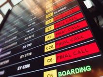 Rote Flüge der Zeichenletzten aufforderung auf der Abfahrttabelle eines Flughafens Stockfotos