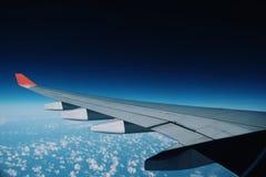 Rote flache Flügel und blaue Himmel stockfoto