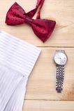 Rote Fliege mit Uhr und Hemd Lizenzfreie Stockfotos