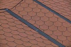 Rote Fliesen auf Dach lizenzfreies stockbild