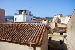 Rote Fliesen auf dem Dach eines alten Hauses Lizenzfreies Stockfoto
