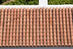 Rote Fliesen der Hintergrundverzierungs-Terrakotta auf Dach in Teneriffa, kanarische Insel Stockbilder
