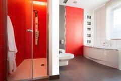 Rote Fliesen in der modernen Toilette stockfotos