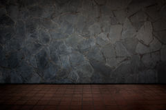 Rote Fliesenböden und Steinwand Lizenzfreies Stockfoto
