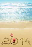 Rote Flipflops auf dem Strand Lizenzfreie Stockfotografie
