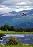 Rote Floatplane Landung lizenzfreie stockbilder