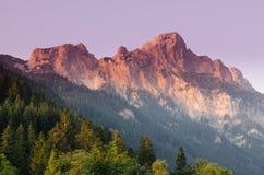 Rote fluh för berg i aftonrodnad royaltyfria foton