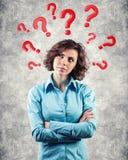 Fragen runden einen Kopf Stockfoto