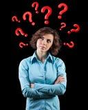 Fragen runden einen Kopf Stockbilder
