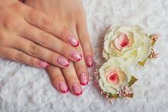 Rote französische Nagelkunst mit Blume Lizenzfreies Stockfoto