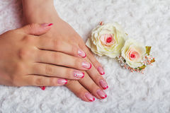 Rote französische Nagelkunst mit Blume Stockfotografie
