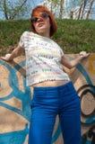 Rote Frau gegen Graffitiwand Lizenzfreies Stockfoto
