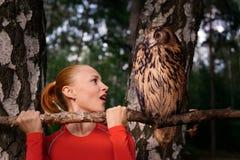 Rote Frau mit großer Eule Stockfoto