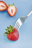 Rote frische Erdbeeren und eine Gabel Lizenzfreie Stockfotos