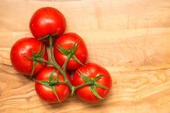 Rote frische Tomaten auf hölzernem Hintergrund Stockbilder