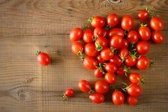 Rote frische Tomaten auf Holztisch Frische Tomaten und Zucchini Spitze VI Lizenzfreie Stockfotos