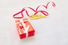 Rote frohe Weihnachten der Geschenkbox und des Goldes simsen mit rotem Band Stockfotografie