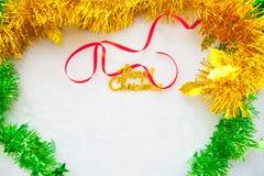Rote frohe Weihnachten der Geschenkbox und des Goldes simsen mit rotem Band Stockfotos