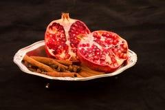 rote Frucht auf einem schwarzen Hintergrund Lizenzfreies Stockbild