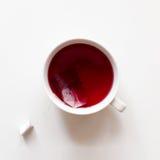 Rote Fruchtteeschale mit Teebeutel lizenzfreies stockfoto