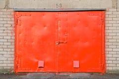 Rote Garagetür Lizenzfreies Stockfoto