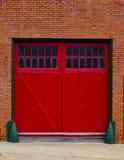 Rote Garagetüren Stockbild