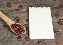 Rote Gartenbohne und Notizbuch der Nahaufnahme Lizenzfreie Stockbilder
