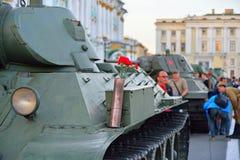 Rote Gartennelken in einer Gewehrpatrone auf der Mitte des Sowjets ta Lizenzfreies Stockfoto